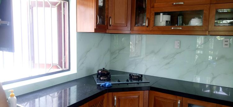 Mặt dựng kính vân đá ốp bếp